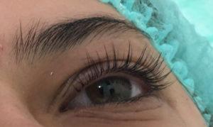 Bild über Augenbrauen und Wimpern
